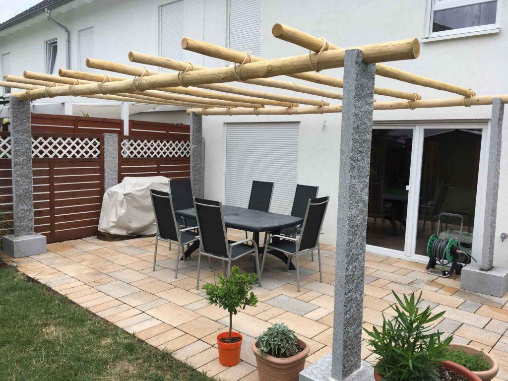 Pergola aus Naturstein mit Kastanienholz überdeckt